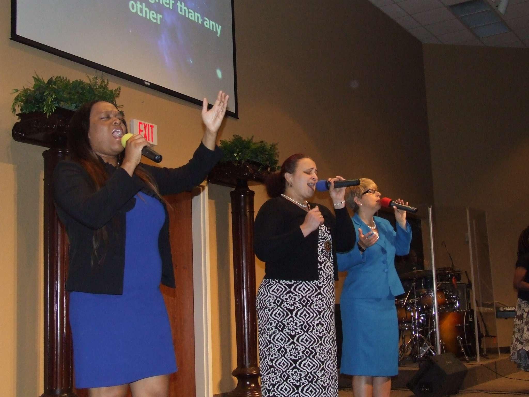 Oraise and worship team singing